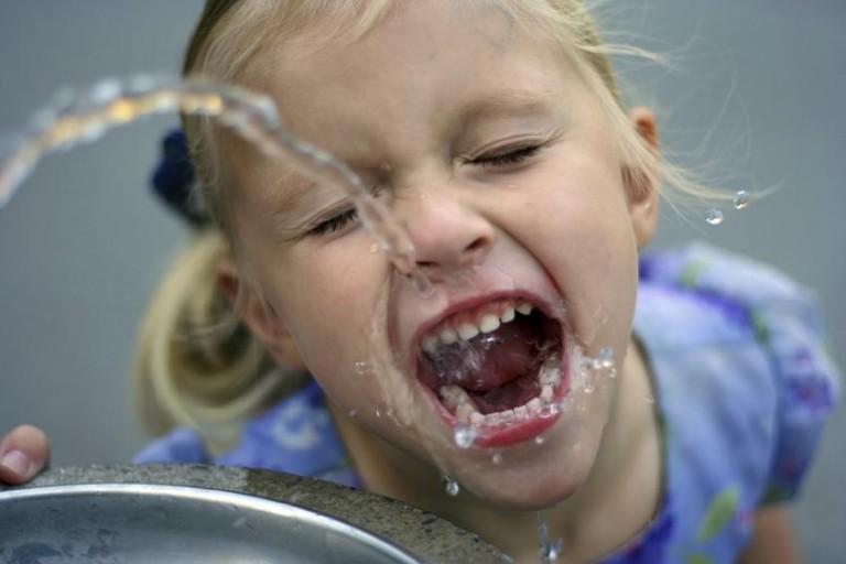 Nên dùng nước uống trực tiếp hay nước đun sôi để nguội