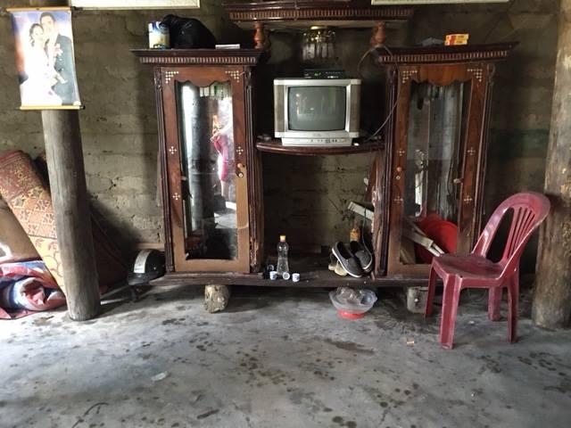 Nhà cửa hoang tàn, đổ nát