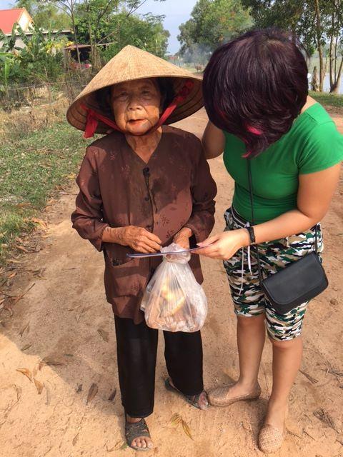 Một cụ bà nhận quà từ Karofi