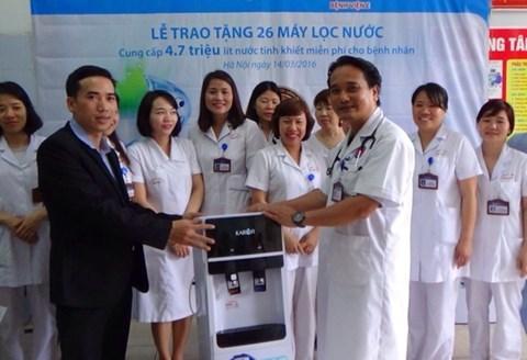 Bệnh nhân Bệnh viện E ở Hà Nội được dùng miễn phí nước tinh khiết