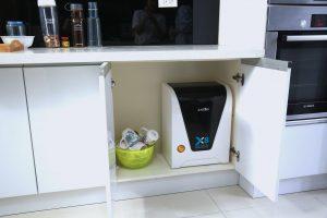 Đặt một chiếc giá dưới gầm bếp giúp tiết kiệm diện tích khu bếp.